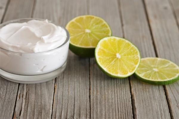 маска из сметаны с лимоном увлажняют кожу лица