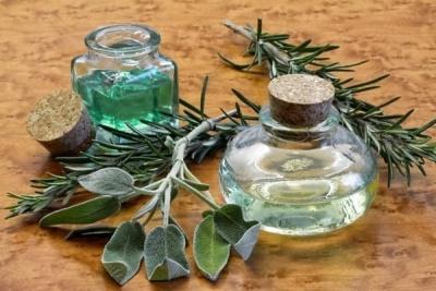 раздражение можно убрать с помощью масла чайного дерева