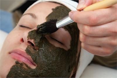 маска из глины с водорослями