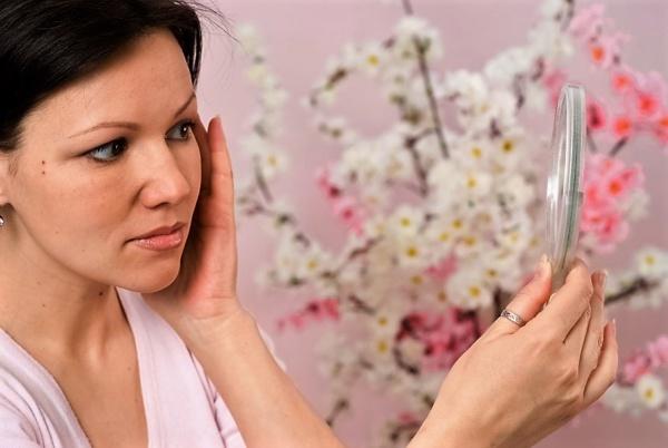 угревая сыпь на лице у женщин из-за гормональных изменений